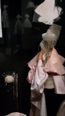 Exposition Dior : miniature d'une robe corseté lacée