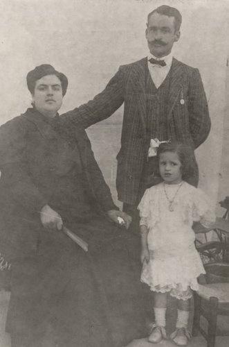Retrato de familia. Carmen Conde junto a sus padres, Luis Conde Parreño y María Paz Abellán García. Cartagena, 1911.