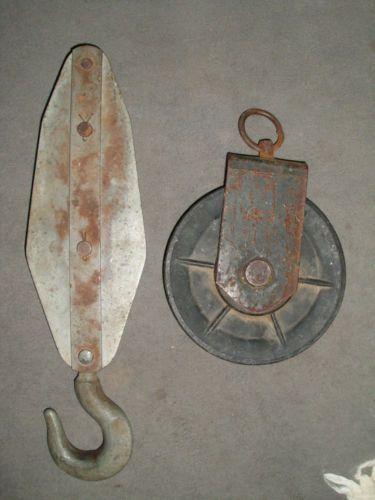 Alte-antike-Umlenkrolle-Eisenhaken-m-Messing-Umlenkrollen-Werkzeuge-Bauernhof
