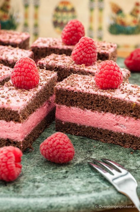 Frambozengebakjes - Chocoladetaart gevuld met een fris-zoete frambozenvulling.