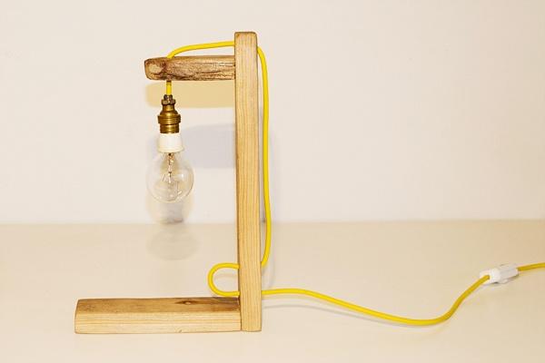 Lampada impiccato _ Lampada da tavolo realizzata con legno e materiali elettrici di recupero. La sua forma richiama visivamente in modo ironico, le linee grafiche del gioco dell'impiccato. Realizzato con legno naturale e cavo elettrico giallo girasole. Ogni pezzo è unico.
