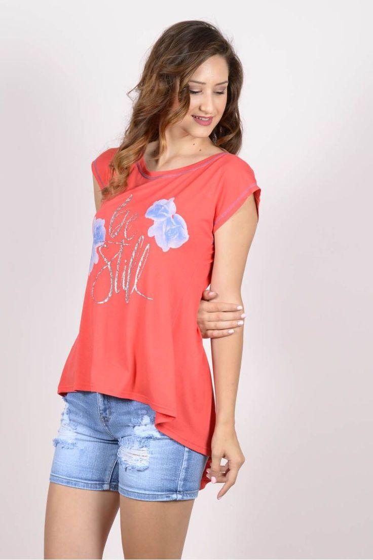 Ασύμμετρη μπλούζα με print exxes.Ύψος μοντέλου: 1,78m95% Viscose 5% Elastane
