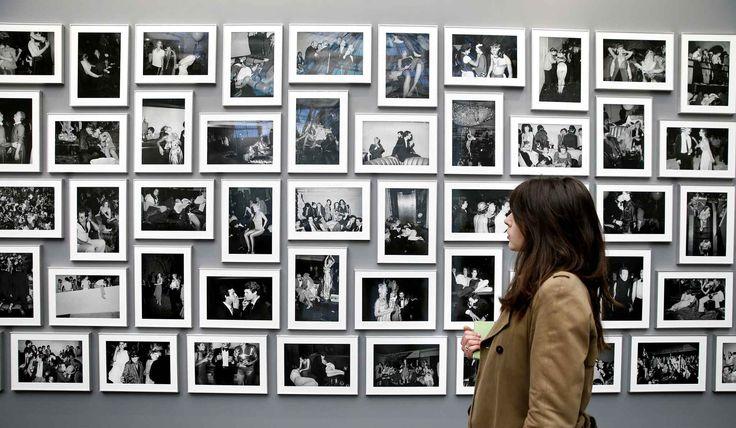 La Fiac s'agrandit cette année avec un nouvel événement qui se nomme (OFF)ICIELLE qui a investi les quais de la Cité de la Mode dans le parcours Hors les murs de la foire.Photo: Une femme passe devant les photographies de l'Américain Tod Papageorge au Grand Palais.
