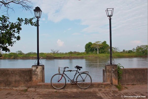 Bicycle parked between two lamp posts. Mompox, #Colombia