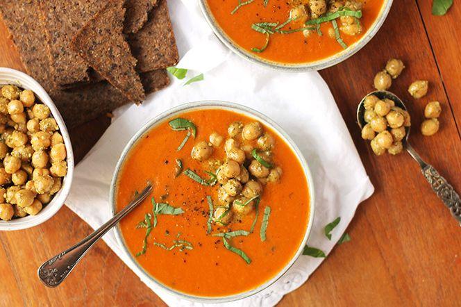 Tomatsoppa med timjansrostade morötter och pestokikärtor.  Den här krämiga soppan har djup och mustig smak av timjansrostade morötter och soltorkade tomater. Toppad med pestokikärtor blir den både festligare och ännu godare. Servera gärna soppan tillsammans med ett par skivor rågbröd och en vällagrad ost.