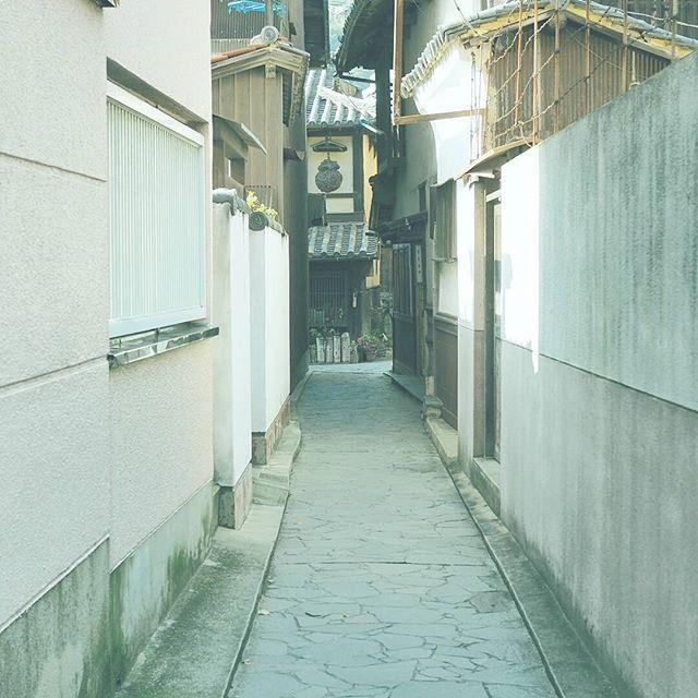 【masaharuuenaga】さんのInstagramをピンしています。 《路地シリーズ。 この先で武士に会いました。 . 撮影日:2017.1.1 -- #わりと地元の鞆の浦 #広島 #鞆の浦 #福山 #ぶらり旅 #海 #発見 #OMD #omdem5markii  #instatrip #instatravel  #igersjp #japan_of_insta  #photo_shorttrip #reminiii_fan #travel #we_japan #love_nippon #tokyocameraclub  #ptk_japan #風景 #カメラ #旅に行きたい #プチ旅行 #写真撮ってる人と繋がりたい  #写真好きな人と繋がりたい #ファインダー越しの私の世界  #ファインダー越しの世界》