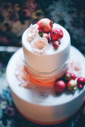 Pomegranates Wedding Cake | Styled shoot '20 Inspired Liberty style event design+ planning Princess Wedding Ph by Les Amis/ Flowers by Il Profumo dei Fiori www.princesswedding.it