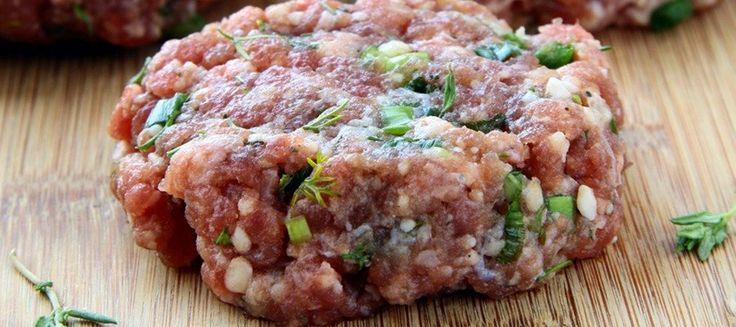 Pour préparer des steaks hachés maison suivez la recette ! Vos hamburger auront un goût incomparable.