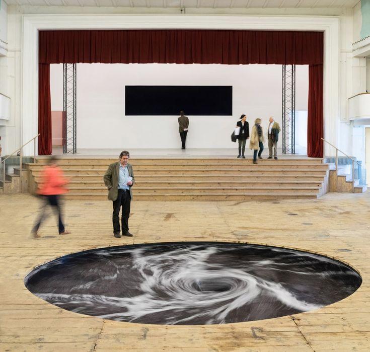 Descension, le tourbillon sans fin d'eau noire créé par Anish Kapoor et déjà vu plus tôt dans l'année en Inde a aussi été installé ce mois-ci dans le sol en bois d'un ancien théâtre italien à San Gimignano qui a été transformé en galerie.