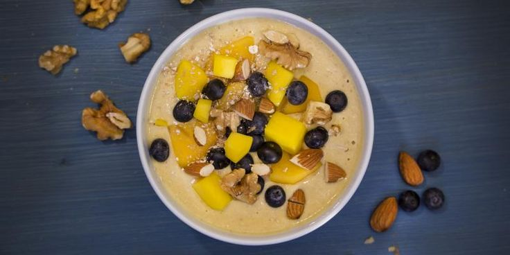 Smoothiekulho hedelmillä, pähkinöillä ja manteleilla sopii lusikoitavaksi niin aamulla kuin välipalaksi.