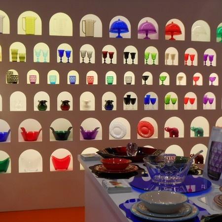 Chez Mario Luca Giusti, des mini alcôves renferment chacune un verre ou un saladier haut en couleurs.