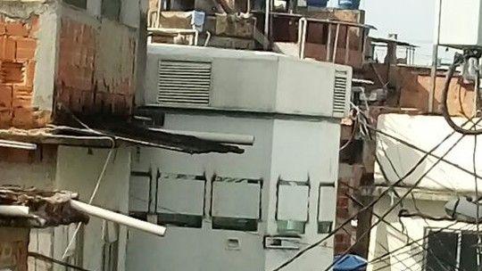 Ao menos 13 veículos tiveram janelas quebradas, segundo a concessionária. Funcionário diz que pessoas estavam armadas: 'O jeito foi recolher'.