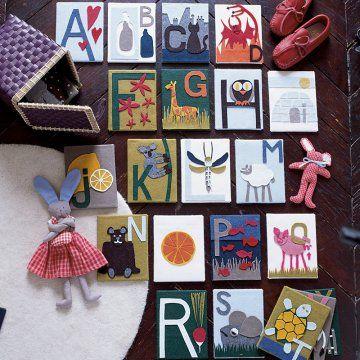 Des cartes décorées des lettres de l'alphabet