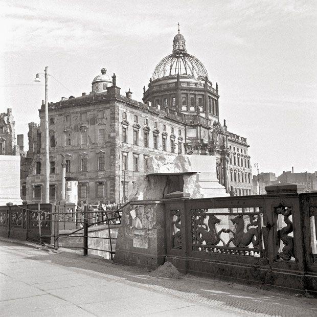 1950 Ost-Berlin - Berliner Stadtschloss, von der Schlossbrücke aus gesehen, April 1950 (Foto: Ernst Hahn).