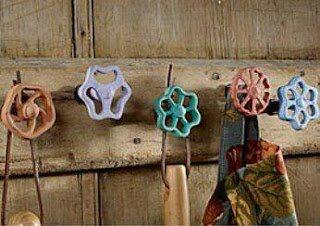 colgador con llaves de paso y madera