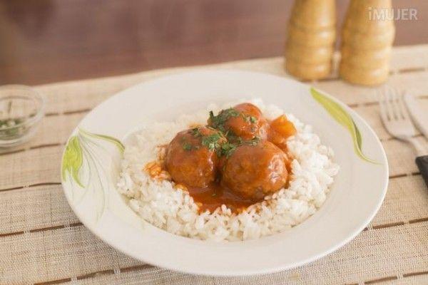 Albóndigas picantes con arroz, fáciles y deliciosas