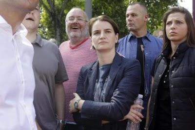 La primera ministra de Serbia encabeza la marcha del Orgullo Gay en Belgrado. Ana Brnabic destacó que la situación de los homosexuales ha progresado mucho en los últimos años en el país. EFE   El Mundo, 2017-09-17 http://www.elmundo.es/internacional/2017/09/17/59be9478468aeb9d5c8b4605.html