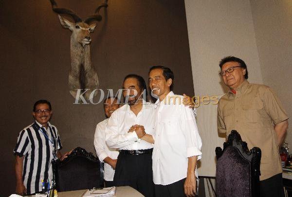 Bakal capres dari PDI-P Joko Widodo (dua kanan) berjabat tangan dengan Ketua Umum Partai NasDem Surya Paloh, sebelum mengadakan pertemuan tertutup di Kantor DPP NasDem, Menteng, Jakarta Pusat, Sabtu (12/4/2014). Partai NasDem sepenuhnya akan mendukung Jokowi sebagai capres pada Pilpres 2014.