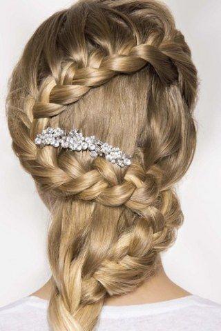 Vous êtes une future mariée aux cheveux longs (ou mi-longs) ? Bienvenue sur cette page. La rédac' vous propose plus de 50 coiffures mariage pour cheveux longs...