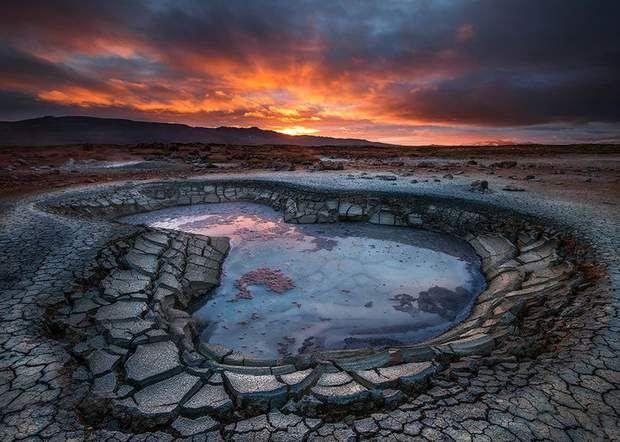 Paysage près de MývatnLa région du lac Mývatn combine de nombreux sites d'intérêt, typiques d'Islande. L'activité géothermique joue ici avec des paysages qui semblent nés des premières heures du monde. Les bassins de boue (à l'image), les geysers et les sources d'eau chaude s'égrainent non loin du superbe cratère de Hverfjall. Les bains naturels de Mývatn, très réputés, sont un lieu de détente idéal après plusieurs jours de trek.Retrouvez l'épingle sur Pinterest/ Via 500px