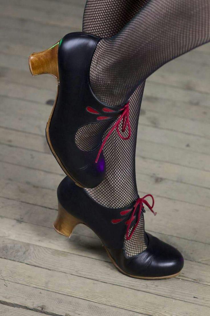 El zapato los mujeres se ponen para bailar Flamenco.