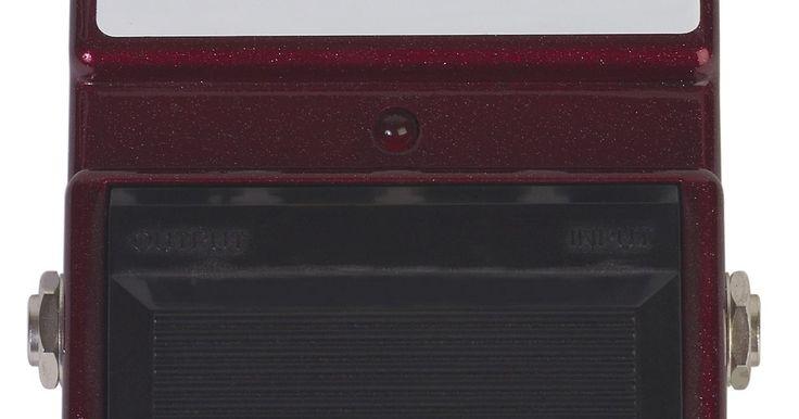 Cómo arreglar un pedal para guitarra. Los pedales de guitarra o pedales de efectos, ofrecen una variedad de efectos especiales a los músicos con sólo pisar el interruptor del pedal. La mayoría de los problemas con los pedales de guitarra se derivan de cables sueltos o interruptores desgastados, aunque se sugiere la colocación de una nueva batería en el pedal antes de sustituir los ...
