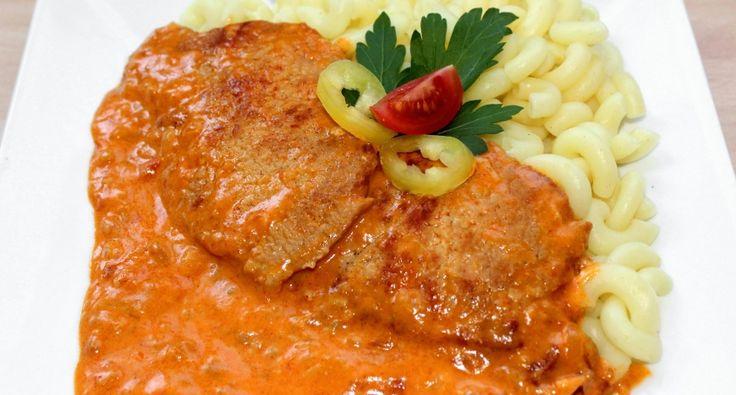Csikós sertésborda recept: A csikós sertésborda egy rendkívül ízletes fogás, amit akár a hétköznapokon is könnyedén elkészíthetünk, de egy ünnepi ebéd részeként is megállja a helyét.