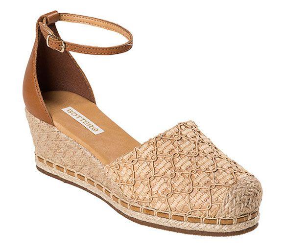 Sandália espadrille com salto anabela. O charme do modelo fica por conta do salto de corda de juta trançada. Disponível nos tamanhos 33 ao 40.