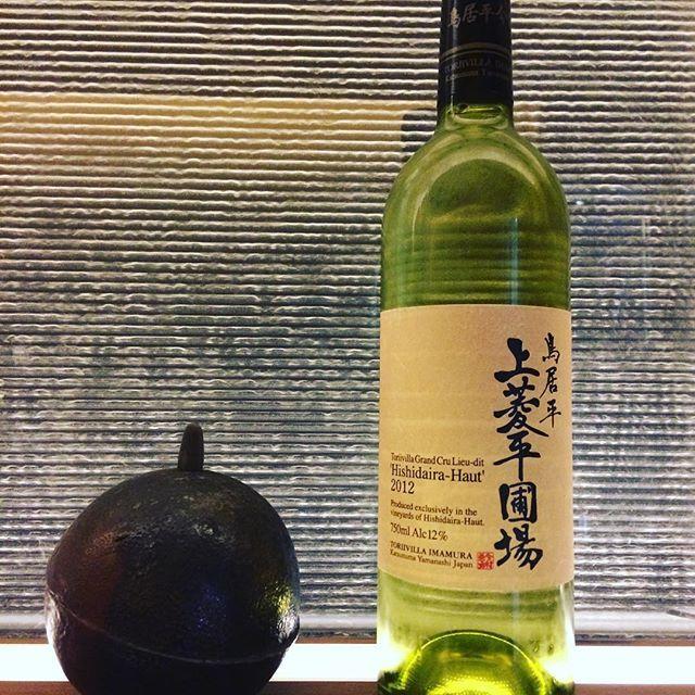 最近日本ワインの躍進、人気は凄いですね!  日本にも素晴らしいワイン産地はたくさんあります。 山梨県の鳥居平と言えば素晴らしいテロワールを誇る銘醸地としても有名なエリアなんですが、その中でも特に秀逸なエリアに【上菱平(かみひしだいら)】という場所があります。  たった0.2haの上菱平の畑から、鳥居平のスペシャリスト今村氏が生み出す日本の一般的な甲州種とは全く違う、完熟したフルーツに芝のような爽やかな香り、柔らかな果実味と輪郭を描くようなミネラル感が感じられます。  鳥居平今村 上菱平圃場ブラン2012  梅雨も明けいよいよ夏本番ですので爽やかに最初の一杯、コースなら京野菜のお料理にいかがでしょうか?  本日もお待ちしております。 ~・~・~・~・~・~・~・~・~・~・~・ STEAKHOUSEV 0661478889 info@steak-v.com  #steak#steakhouse#steakhousev#STEAKHOUSEV  #ステーキ #肉 #usプライム #神戸牛 #近江牛#アラカルト #コース料理 #北新地#チーズ#cheese #パスタ#pasta…