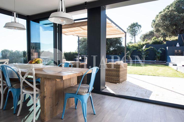 Cocina de diseño con contrastes en Alella. Totalmente equipada en una fantástica casa ¡EN VENTA!