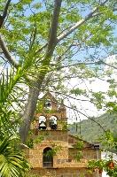 A sólo cinco kilómetros de San Gil, Pinchote Santander Colombia es un pueblo encantador, acogedor ser pequeño, circunstancia que facilita encontrarse con su gente. Un lugar lleno de música espectacular generada por las aves que rondan sus árboles, ambiente propicio para que el visitante pueda sentir a plenitud paz interior.     Es un pueblo con particulares tradiciones religiosas que sirven de sustento espiritual a sus pobladores.