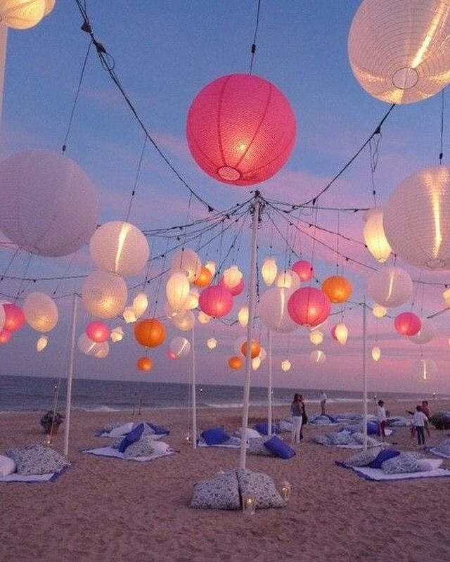 Festival vibes. Super toffe sfeer gecreëerd met deze lampionnen.  Outdoor paper lanterns on the beach.   @lampionlampionnen.nl #lampionnen #festival #paperlanterns #styling #design #decoratie #bruiloft #party #aankleding #love #wedding #weddingideas #events #eventstyling #eventdesign #chill #beach #outdoor Bruiloftsversiering wedding Ideas Papieren lantaarn Lanternes de marriage  Decoration de marriage PomPom diy Bohemian vintage