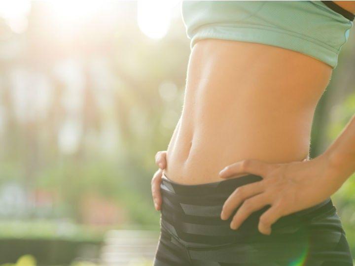 Seguramente has visto que hoy en día las modelos y algunas celebridades presumen de un abdomen plano y con esa 'famosa rayita' en medio de él. Esto no es tan complicado de lograr, necesitas llevar una dieta balanceada pero sobre todo practicar este tipo de ejercicios para marcar ese músculo.