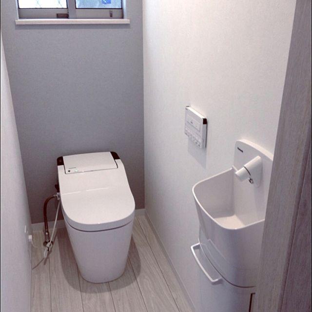 女性で、4LDKの新居建築中/内覧会/モノトーン/北欧/バス/トイレについてのインテリア実例を紹介。「新居の1Fトイレ。背面アクセントからーはライトグレー\( ˆoˆ )/」(この写真は 2015-04-26 18:01:19 に共有されました)
