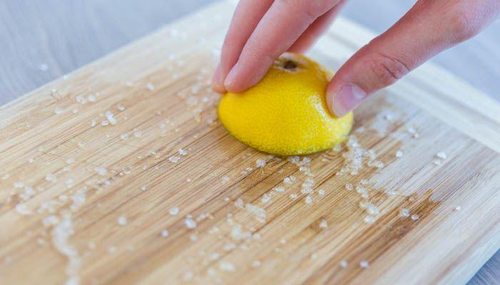 Holzbrett Schneidebrett Küche reinigen sauber machen mit Salz und Zitrone natürlich ohne Chemikalien Trick Tipp