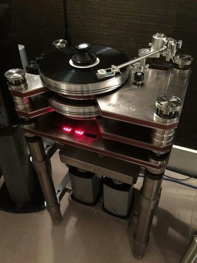 Kronos turntable with a Acoustical Systems Axiom tonearm