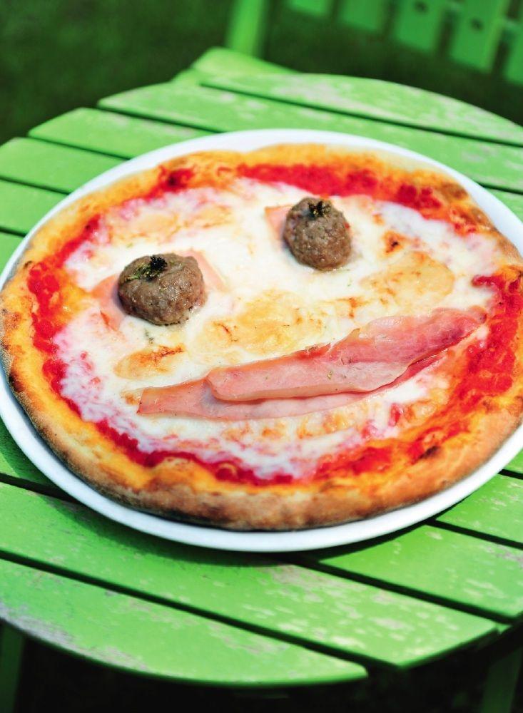 Pizza bambino met hesp en gehaktballetjes http://njam.tv/recepten/pizza-bambino-met-hesp-en-gehaktballetjes