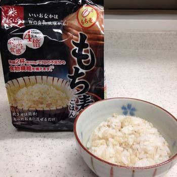 スーパーのお米売り場でも売っています。いろいろなメーカーのもち麦が販売されていますが、おすすめは「十六穀ごはん」も人気の『はくばく』の「もち麦ごはん」。雑穀、大麦、玄米、麺類、小麦粉、麦茶などの販売会社だけあって、「もち麦ごはん」も食べやすく人気です。  まずは、600g(50g×12袋のセット)がおすすめ。白米2合分にぴったりの50gのもち麦が個包装になっているので便利です。もち麦ダイエットがテレビで紹介されてからは、品薄状態だそう。