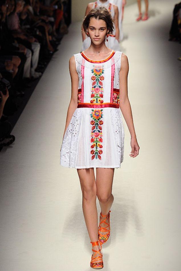 EN CLAVE FOLK La colección de Alberta Ferretti nos empuja de lleno al buen tiempo, al sol. Inspirada en Frida Kahlo, nos propone vestidos ultrafemeninos con bordados florales en tonos multicolor teniendo casi siempre el blanco como telón de fondo. Prendas optimistas y más frescas de lo que suele ofrecer la diseñadora. Sedas, encajes, muselinas...
