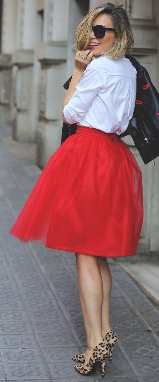 Saia vermelha de tule, sapatos de leopardo, uma camisa branca e uma jaqueta de couro preta