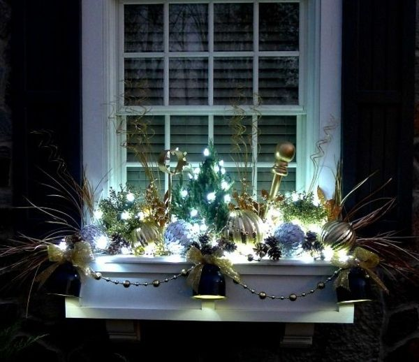 schöne Fensterdeko Weihnachten draußen Licht