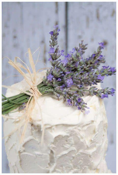 Taartjes-van-An-Nunspeet-vintage-bruidstaart-rustiek-cupcakes-cakepops-lavendel.jpg