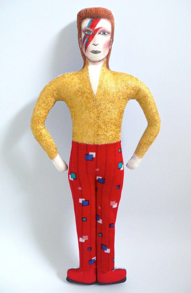 David Bowie, poupée peinte et dessinée aux feutres textiles, vêtements en tissu vintage  et son haut à paillettes dorées, période Ziggy Stardust, 1972-1973 - Un Radis m'a dit - Boutique https://www.alittlemarket.com/boutique/un_radis_m_a_dit-815807.html