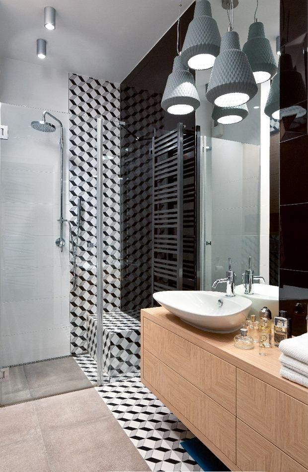 Łazienkę i toaletę zdobią płytki zaprojektowane przez Macieja Zienia dla firmy Tubądzin.