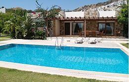 Gümüşlükte yer alan özel havuzlu kiralık çiftlik evimiz 3 yatak odası,1 salon,2 banyo şeklindedir. Muhteşem doğa manzarasına sahip olan bu kiralık tatil evimizde 24 saat güvenlik hizmeti bulunmaktadır. Özel havuzlu ve özel ve geniş bahçeli olması nedeniy kalabalık aileler için oldukça idealdir.  Bahçe içerisinde,özel yüzme havuzu ve eşsiz doğa manzarası arayanlar için oldukça ideal olan bu çiftlik evimizde huzurlu ve sakin bir tatil sizleri beklemektedir.