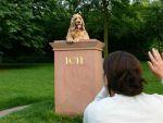 Posierender Hund auf Ich-Denkmal © Stefan Cop