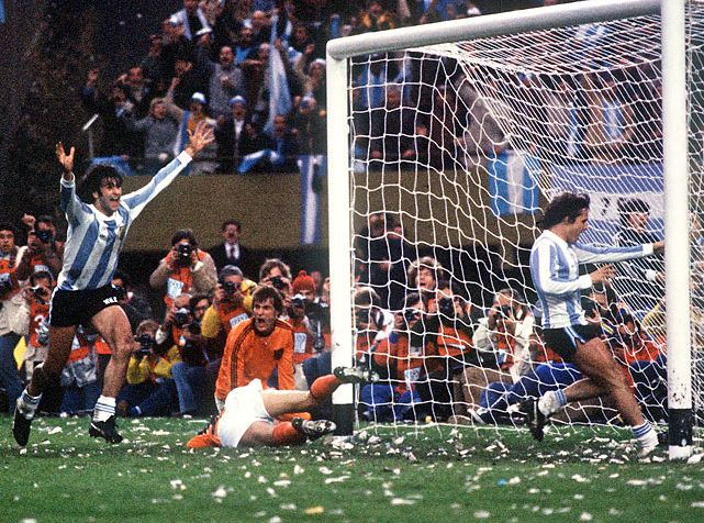 vintagesportspictures: Argentina defeating the Netherlands in the World Cup (1978)