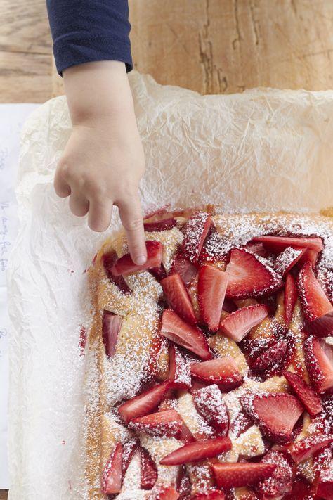 Hier findet ihr ein köstliches Rezept für einen Erdbeer Joghurtkuchen! Wunderbar erdbeerig und sommerlich!