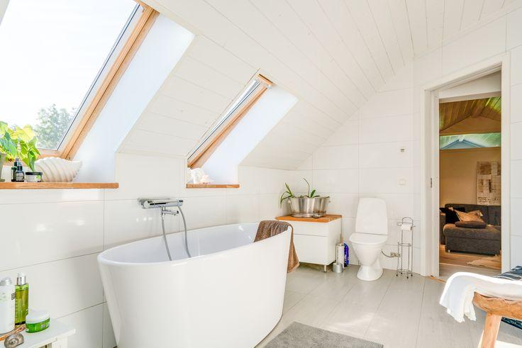 Läckert badkar med schyst placering i rummet!
