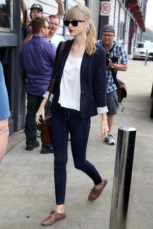 テイラースウィフトのコーデ:   白シャツ×ジャケットのかっちりめスタイル、 赤リップで女性らしさを演出